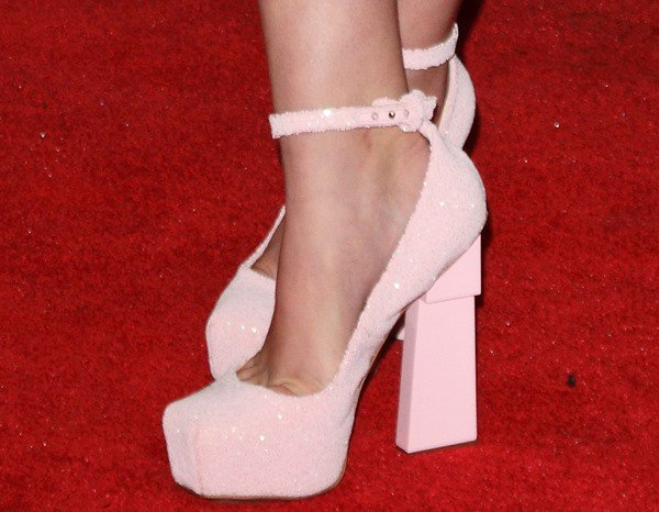 Willow Shields wearing pale pink platform pumps from Aperlaï