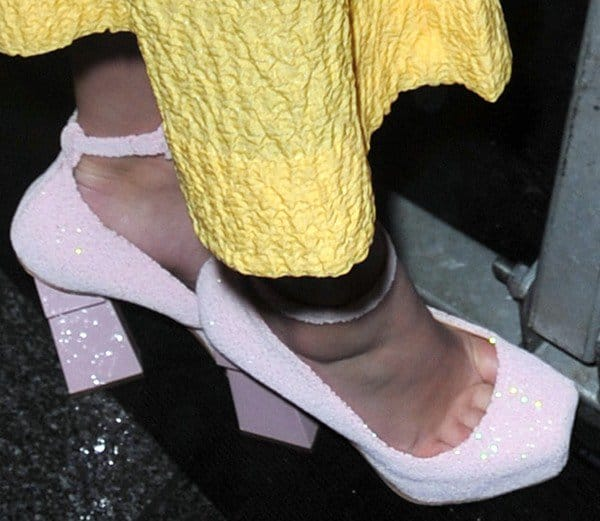 Willow Shields reveals toe cleavage in pink shoes