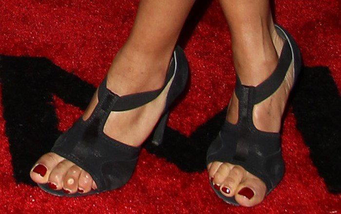 Zoë Kravitz's pedicured feet in black shoes