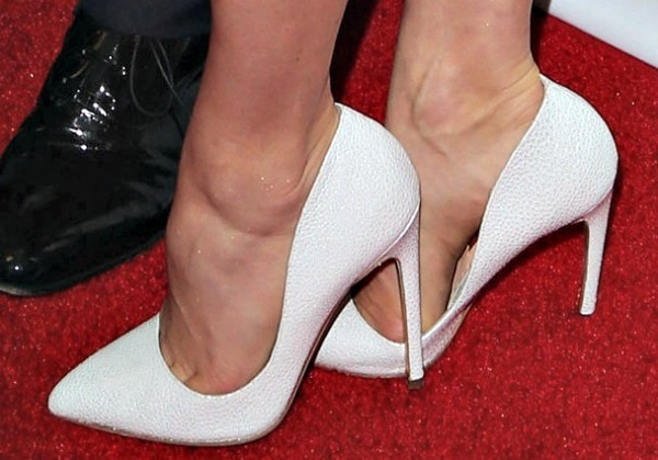 Amy Adams shows off her feet in white Elba pumps from Rupert Sanderson