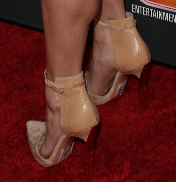 Anna Faris flaunted her legs inbeige Casadei heels