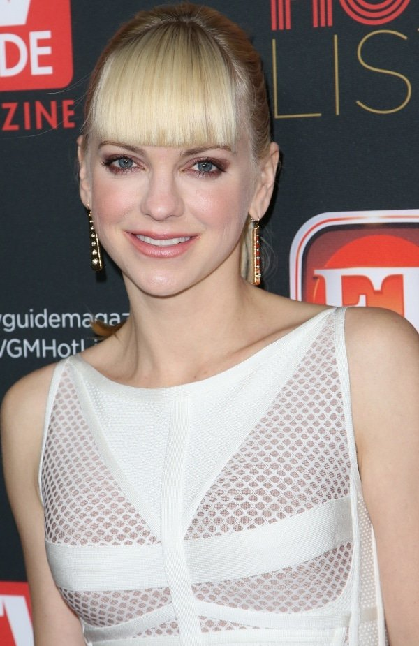 Anna Faris' hair was styled in a chic ponytail to show off her gold bar earrings from Kara Ross