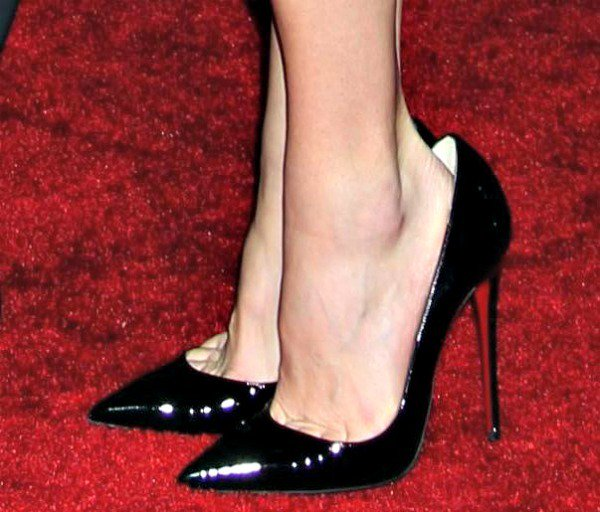Anna Faris' toe cleavage in black patent leather heels from Christian Louboutin