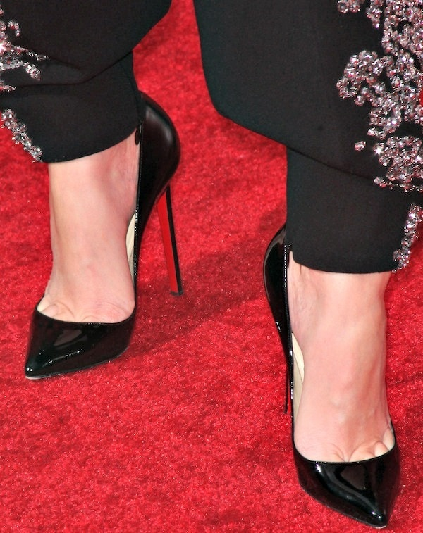 Elizabeth Banks's feet in Christian Louboutin pumps