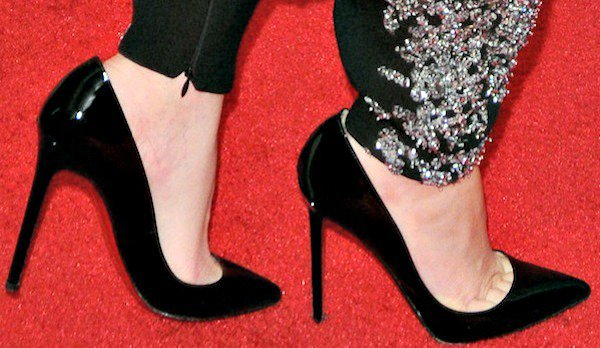 "Elizabeth Banks's feet in ""Pigalle"" pumps"