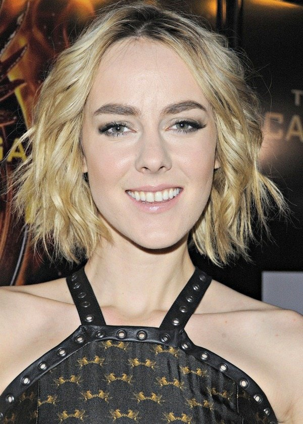 Jena Malone'sblonde hair fell in soft waves just below her chin
