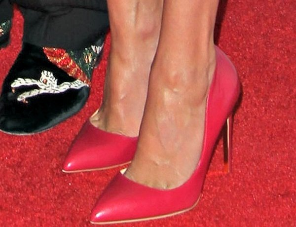 Julia Roberts shows off her feet in Elba pumps in raspberry leather
