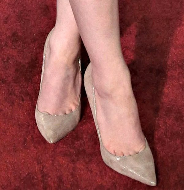 "Kat Dennings showing toe cleavage in nude ""Anouk"" pumps from Jimmy Choo"