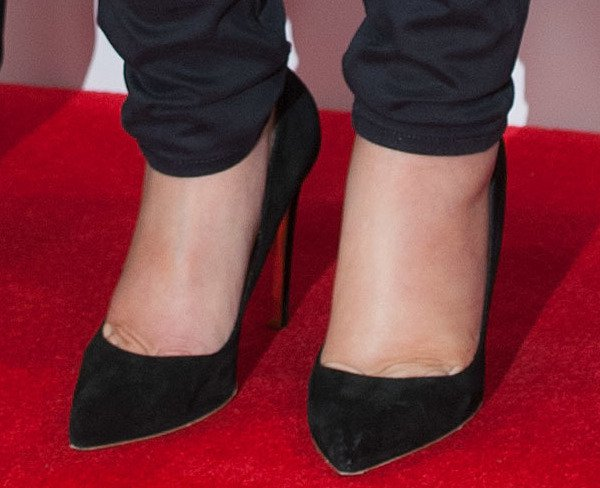 Kate Winslet shows off her feet in black suede Elba pumps from Rupert Sanderson