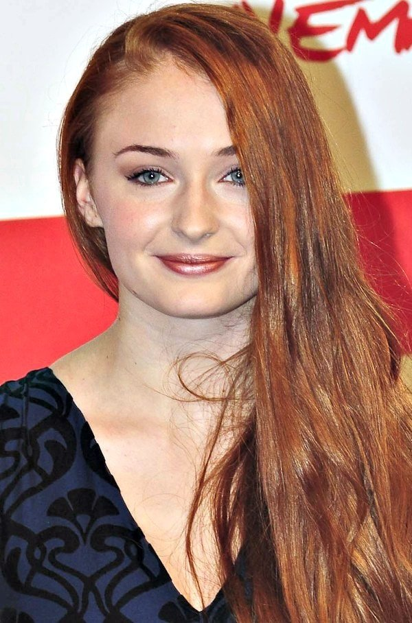Sophie Turner'sbeautiful red hair was swept to one side