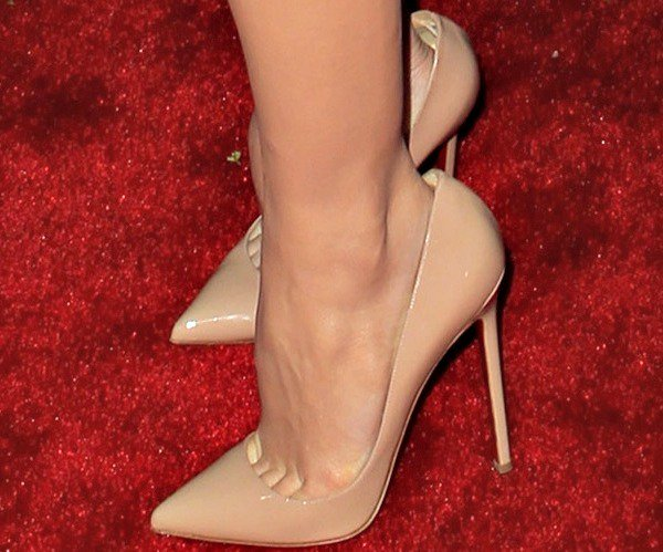 "Stana Katic wears a pair of ""Pigalle"" pumps that appear to be a size too large for her feet"