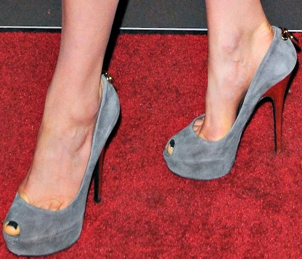472c2186b3f5 Taylor Schilling shows off her feet in peep-toe pumps in gray suede