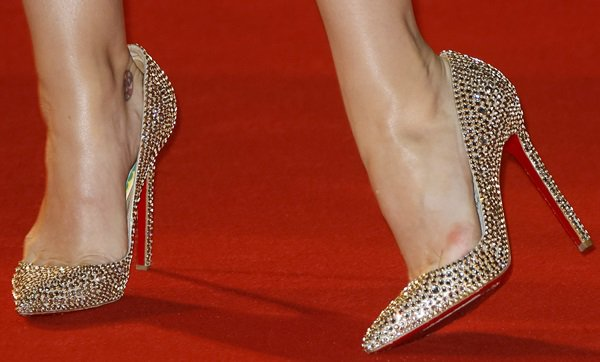 Katy Perry showed off her sexy feet in glittering shoes