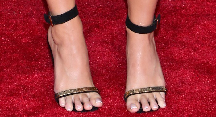 Katy Perry showed off her ugly feet on the red carpet