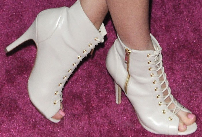 Kelli Berglund displays her pedicured toes in sexy heels