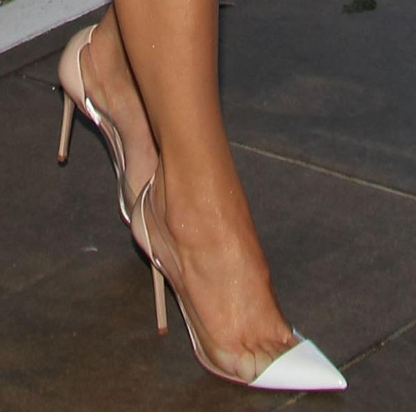 Khloe Kardashian shows off her feet inManolo Blahnik Pacha pumps