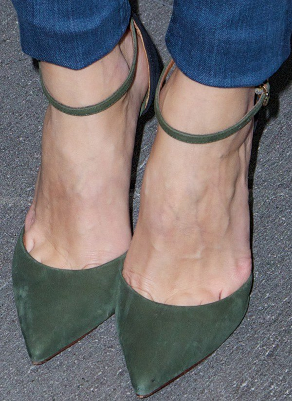 Olivia Palermo's feet in olive pointed-toe pumps