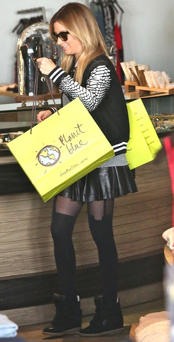 ashley tisdale christmas shopping2