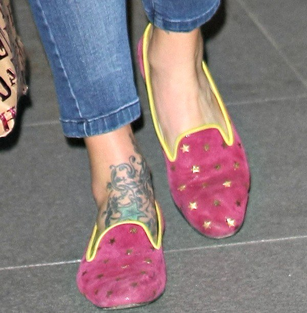Fearne Cotton wearing pink slippers with star prints and yellow piped trims while arriving at the BBC Radio 1 studios