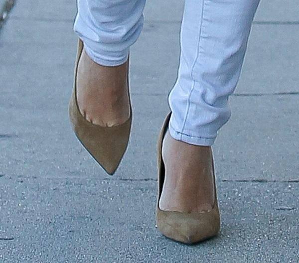 """Kim Kardashian showing toe cleavage inbrown suede Saint Laurent """"Paris"""" pumps"""