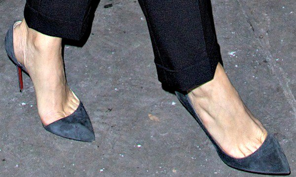 "Kristen Wiig shows toe cleavage in dark gray ""Iriza"" pumps from Christian Louboutin"