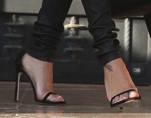 Naya Rivera shows off her feet in black sandals