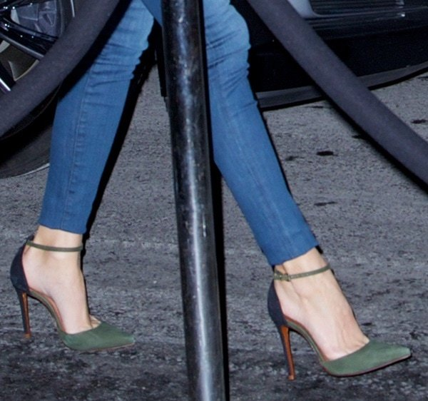 Olivia Palermo styled her olive heeled shoes with skinny jeans