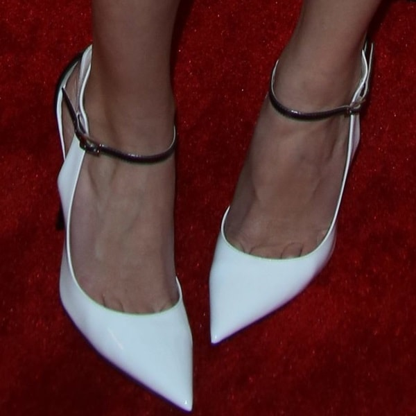 "Allison Williams showing off toe cleavage in Jimmy Choo ""Maiden"""