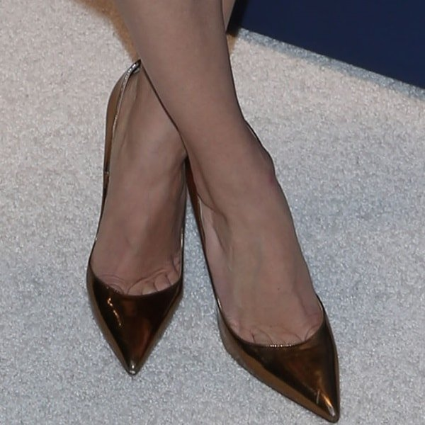 """Allison Williams showing toe cleavage in Christian Louboutin """"So Kate"""" pumps in mirrored bronze leather"""