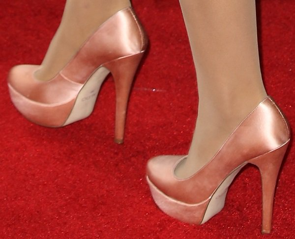 Ariana Grande showed off her feet in Aldo satin pumps