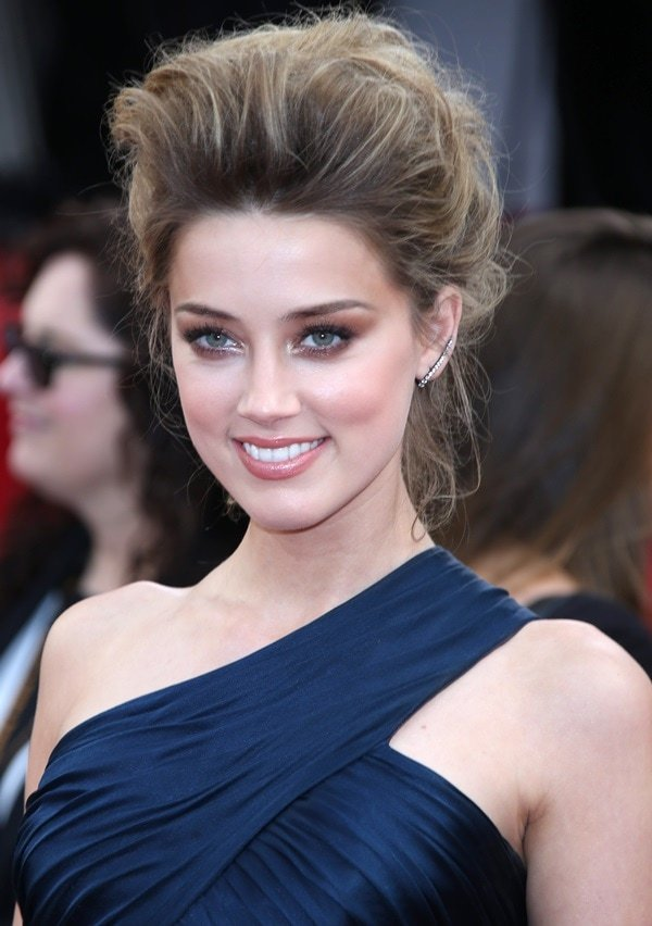 Amber Heard completed the outfit with Graziela jewelry