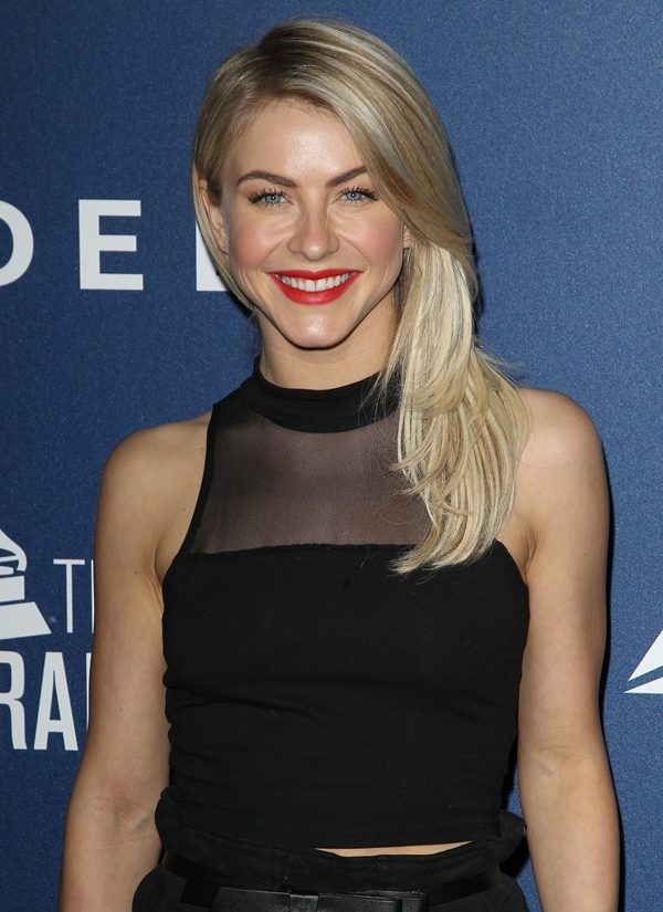 Julianne was spotted looking super chic and quite happy at the pre-Grammy party of Delta Airlines
