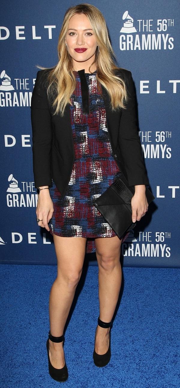 Hilary Duff wears a Helmut Lang Blazer and a Jenni Kayne mini dress on the blue carpet