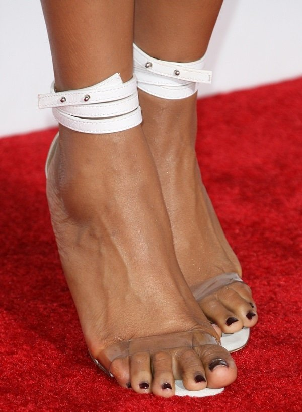Jennifer Hudson showing off her feet in Manolo Blahnik strappy sandals