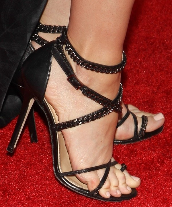 Critics Choice Awards Leslie Bibb S Feet In Olcay Gulsen
