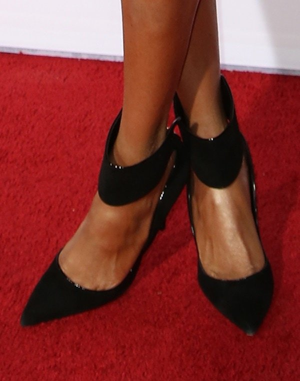 Tyra Banks rocking cuffed pointy pumps