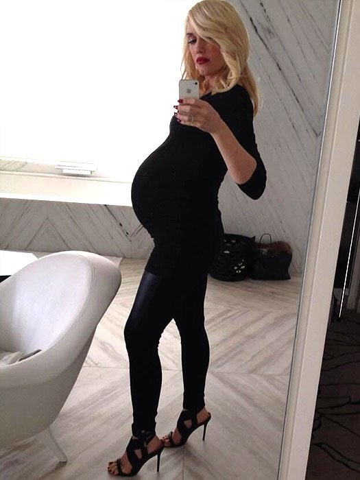 pregnant Gwen Stefani weParing inappropriate shoes