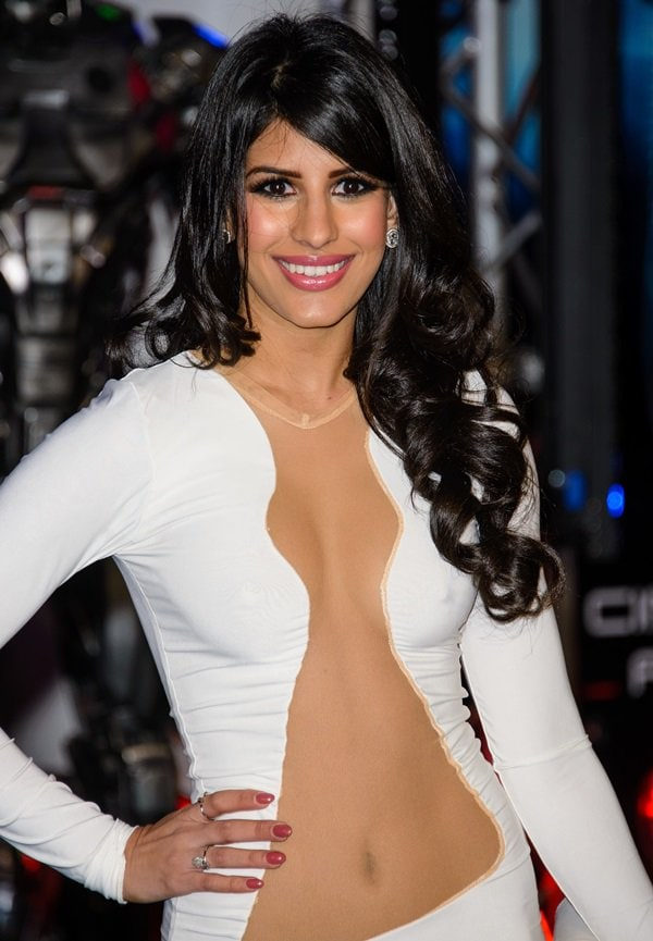 Jasmin Walia shows off her belly button