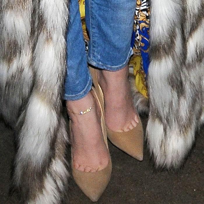 """Khloe Kardashian's feet in suede """"Anouk"""" pumps"""