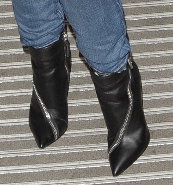 Kylie Minogue rocks black zip boots with jeans