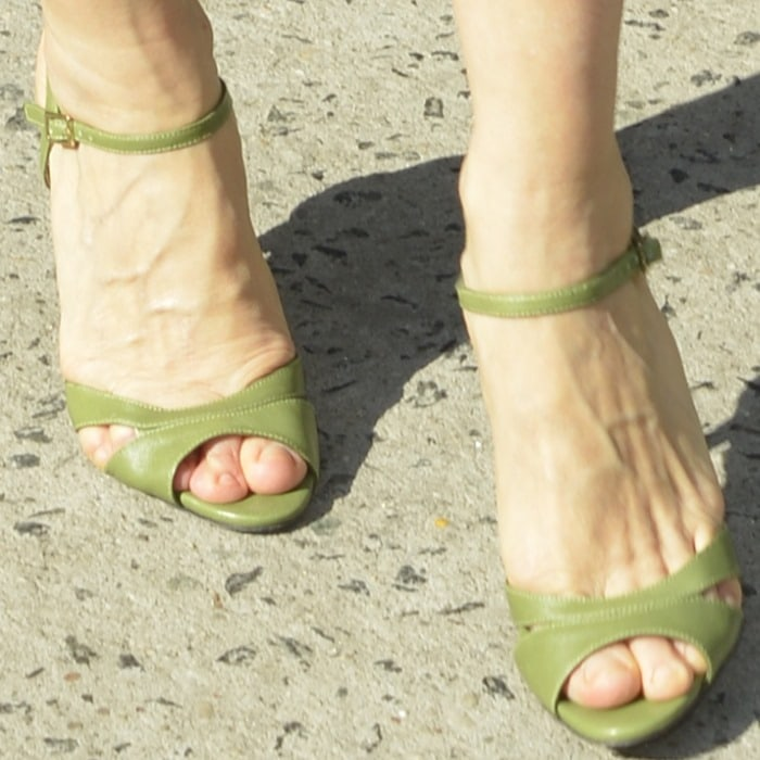 """Sarah Jessica Parker shows off her ruined feet in SJP """"Anna"""" heels"""