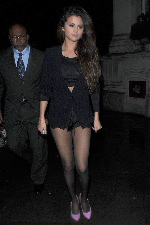 Selena Gomez flashed her legs in skimpy hot pants