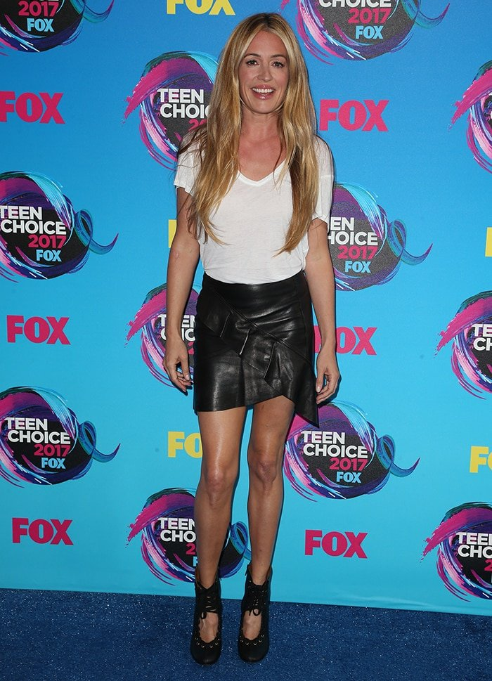Cat Deeley displays her toned legs in leather mini skirt at the 2017 Teen Choice Awards on August 14, 2017