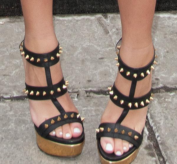 Zendaya's sexy toes in platform shoes
