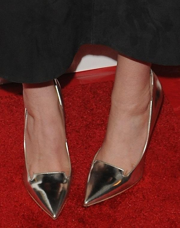 elizabeth olsen in secret premiere shoe closeup