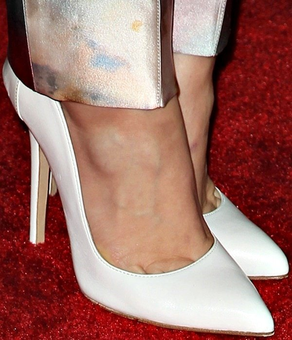 Holland Roden's toe cleavage in white pumps from Olcay Gulsen