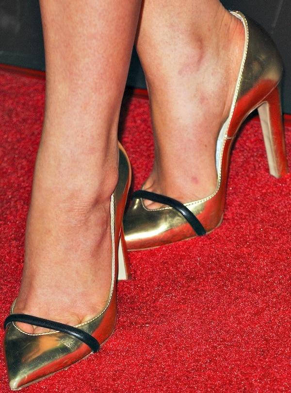 Stefanie Scott's feet ingold pointy-toe pumps