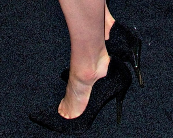Taylor Schilling's feet in black pumps