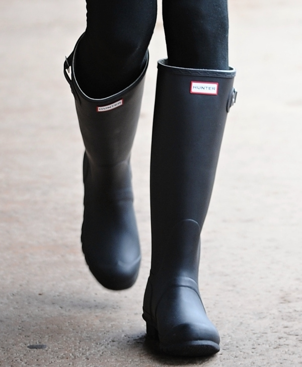 Alessandra Ambrosiopaired her gym clothes with Hunter rain boots
