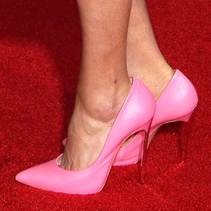 Cobie Smulders showed off her sexy feet in pink shoes